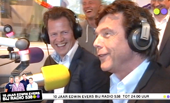 www.radioiloveit.com | Jan-Willem Brüggenwirth of Radio 538 and Talpa Media owner John de Mol, here at the party for 10 years 'Evers Staat Op', have a reason for being happy as the CHR station is on top of the radio ratings in Holland (screenshot: 538 TV / YouTube)