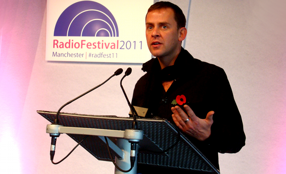 www.radioiloveit.com | Scott Mills of BBC Radio 1 talks about integrating social media and radio at the Radio Festival 2011 in Manchester (photo: Thomas Giger)